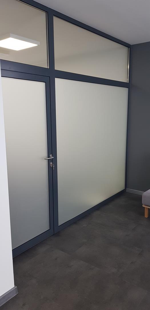 Oklejenie drzwi folią szronioną